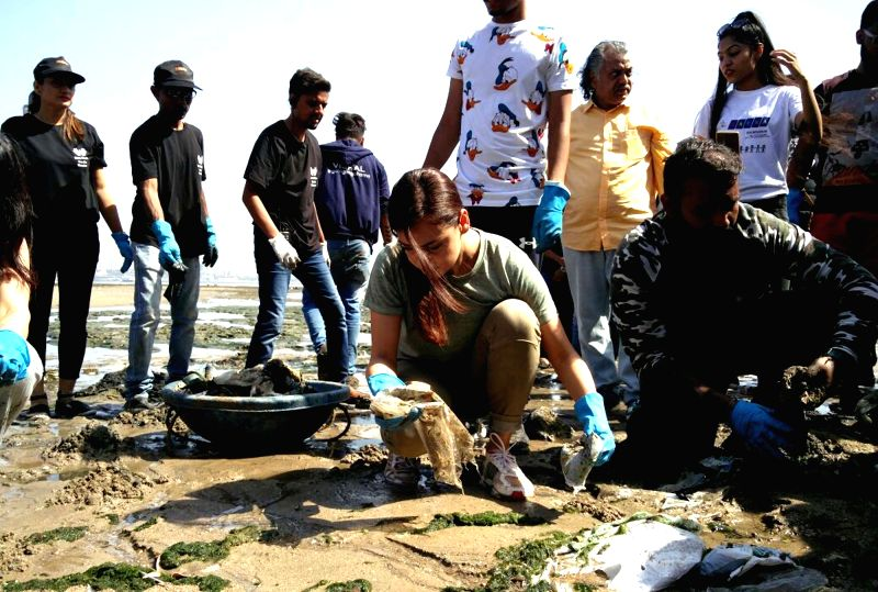Actress and UN Environment Goodwill Ambassador Dia Mirza participates in the clean-up of Dadar Beach in Mumbai on April 22, 2018. April 22 is observed as Earth Day.(Photo:IANS)