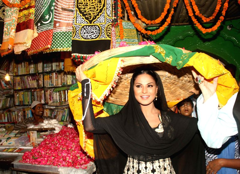 bollywood actress veena malik at the hazrat nizamuddin aullia dargah