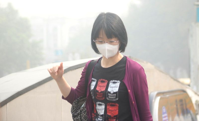 People wear masks amid rising pollution levels in New Delhi on Nov 9, 2017. With no improvement in the air quality, Delhi-NCR continued to breathe toxins for the third consecutive day, as ...