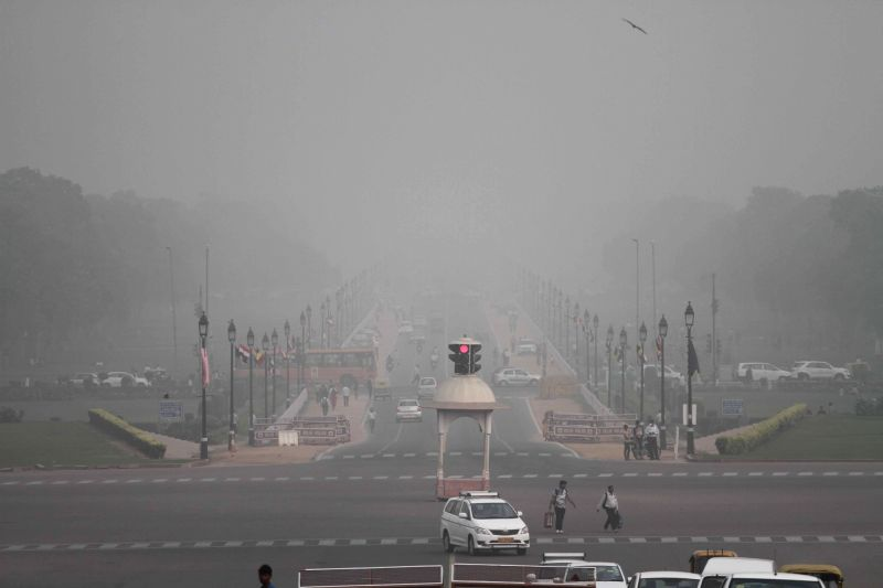 Smog covers reduces visibility in New Delhi on Nov 8, 2017.