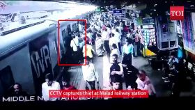 Mumbai: CCTV captures thief stealing mobile phone at Malad railway station