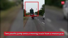 On cam: Highway thieves try to steal goods from moving truck in Ujjain